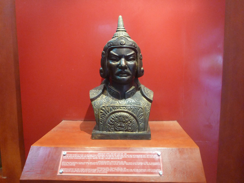 tran-hung-dao-bust